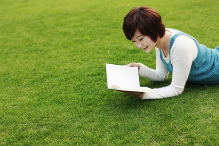 Foto de Woman reading outdoors - Imagen libre de derechos