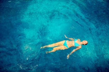 Photo pour Woman swimming in pool - image libre de droit