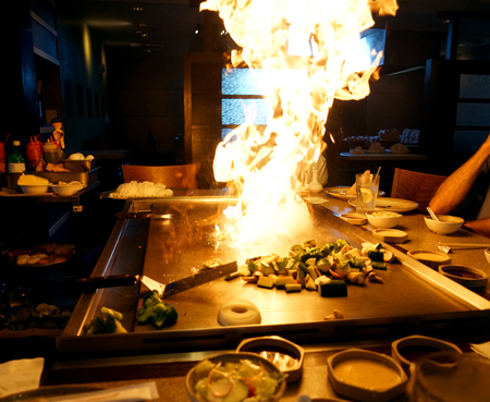 Photo pour hibachi grill and fire flame in the restaurant - image libre de droit