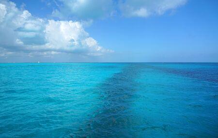 Photo pour landscape of colorful sea under Caribbean sunlight - image libre de droit