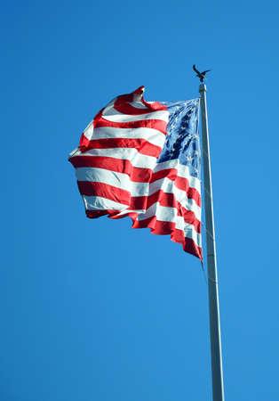 Photo pour waving USA flag on pole - image libre de droit