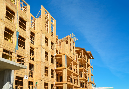 Photo pour New low-rise building under construction on sunny day in British Columbia, Canada - image libre de droit