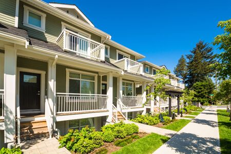 Photo pour Brand new townhouses with concrete pavement in front. Front side of townhouses on sunny day in Canada. - image libre de droit