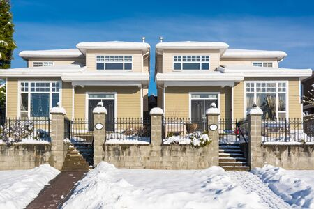 Photo pour Residential duplex house with front yard in snow. North American family duplex house on winter sunny day - image libre de droit