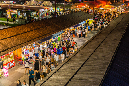 Foto per HUALIEN CITY, TAIWAN - AUGUST 19, 2017: Shoppers and tourists at Dongdamen Night Market - Immagine Royalty Free
