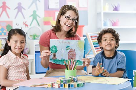 Foto de A portrait of a teacher and children - Imagen libre de derechos