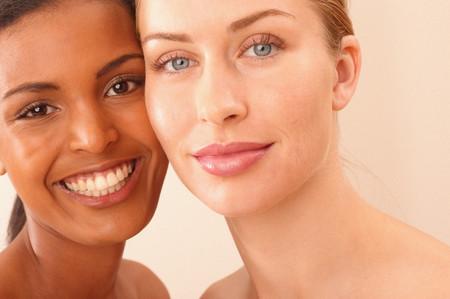 Photo pour Portrait of two young women - image libre de droit