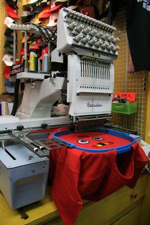 Photo pour T-Shirt Embroidery Machines - Asakusa, Tokyo City, Japan - image libre de droit