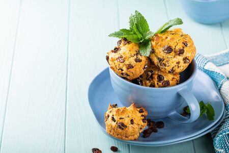 Photo pour Fresh homemade delicious raisins muffins - image libre de droit