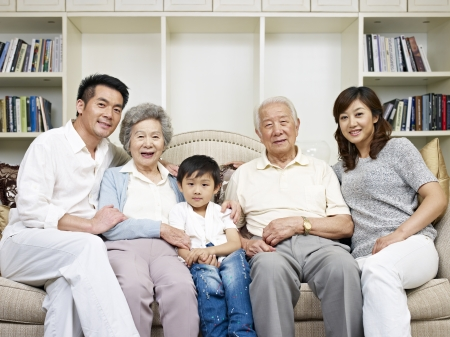 Foto de portrait of a three-generation asian family  - Imagen libre de derechos