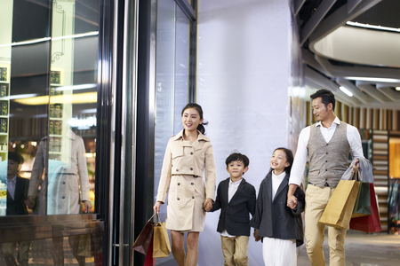 Photo pour happy asian family with two children walking in shopping mall - image libre de droit