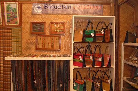 Photo pour PALAWAN, PH - DEC 1 - Weaving bag display at Binuatan creations on December 1, 2009 in Puerto Princesa, Palawan, Philippines. - image libre de droit