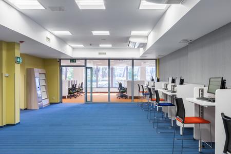 Photo pour Light and spacious university interior with computer area - image libre de droit
