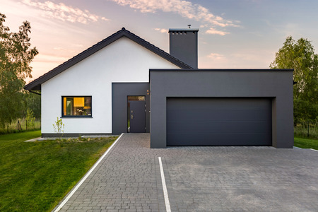 Foto de Modern house with garage and green lawn, exterior view - Imagen libre de derechos