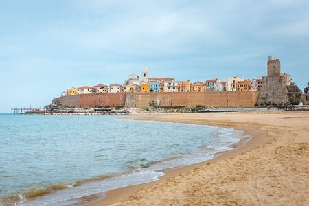 Photo pour Amazing view of Termoli city in Italy from golden beach at adriatic sea - image libre de droit