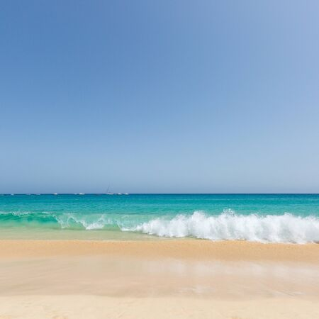 Photo pour Beautiful and sunny seascape with gold sand and turquoise ocean at Sal island, Cape Verde, Cabo Verde - image libre de droit