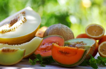 Foto de Cantaloupe melon slices on wooden table - Imagen libre de derechos