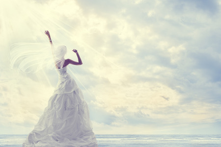 Photo pour Honeymoon Trip, Bride in Wedding Dress over Blue Sky, Romantic Travel Concept, Looking Ahead - image libre de droit
