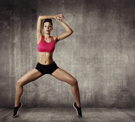 Foto de Woman Fitness Gymnastic Exercise, Sport Young Girl Fit Dance, Modern Aerobic Dancer, Grunge Wall - Imagen libre de derechos