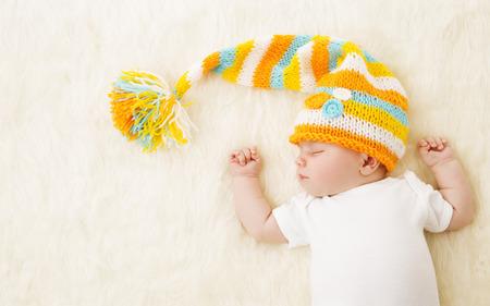 Foto de Baby Sleeping in Hat, New Born Kid Sleep in Bad, Newborn One Month Old - Imagen libre de derechos