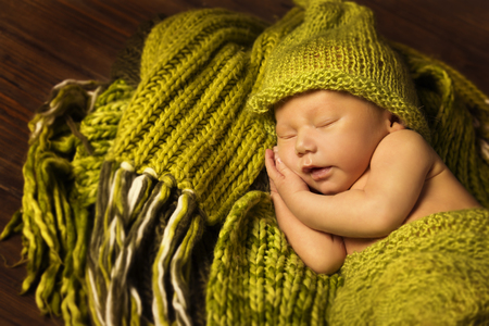 Foto de Newborn Baby Sleeping, New Born Kid Sleep in Green Woolen Blanket - Imagen libre de derechos