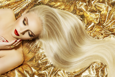 Foto de Fashion Model Gold Color Hair Style, Woman Long Waving Hairstyle - Imagen libre de derechos