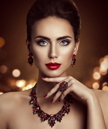 Foto de Fashion Model Beauty Makeup and Jewelry, Elegant Woman Beautiful Face Make Up with Jewellery Closeup - Imagen libre de derechos