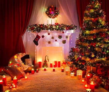 Foto de Christmas Room, Lighting Xmas Tree Fireplace Decoration in New Year House Interior - Imagen libre de derechos
