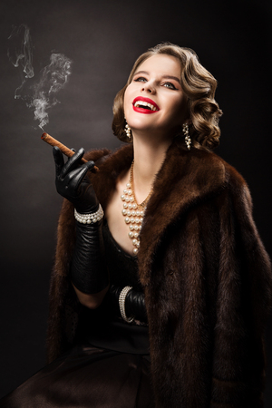 Foto de Retro Woman Smoking Cigar, Happy Fashion Model Luxury Beauty Portrait, Beautiful Girl in Fur Coat Pearl Jewelry - Imagen libre de derechos