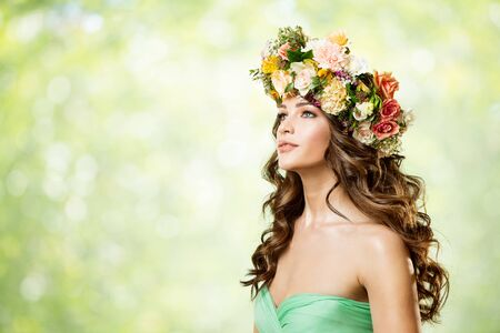 Photo pour Woman Flower Wreath Hat, Beautiful Fashion Models with Roses Flowers in Hairstyle, Side View Portrait on Green Background - image libre de droit