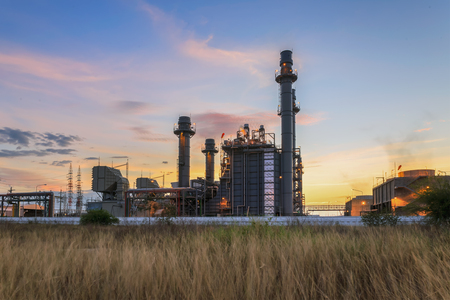 Photo pour Gas turbine electrical power plant at dusk with twilight support all factory - image libre de droit