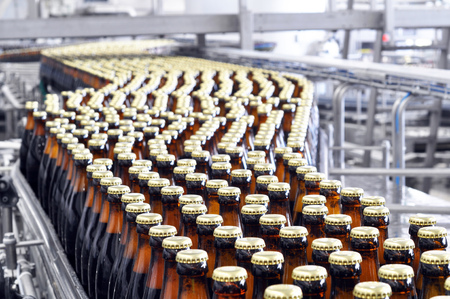 Photo pour beer filling in a brewery - conveyor belt with glass bottles - image libre de droit