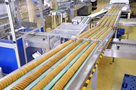 Foto de conveyor belt with biscuits in a food factory - machinery equipment - Imagen libre de derechos