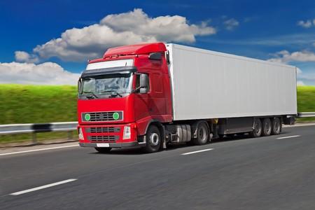 Photo pour Red truck on the road, blurred motion. - image libre de droit
