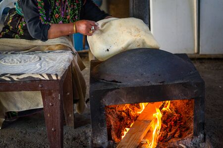 Photo pour Close up of old Arab woman hands kneading fresh dough for Taboon bread or Lafah is a Middle Eastern flatbread also called lafa or Iraqi pita. - image libre de droit
