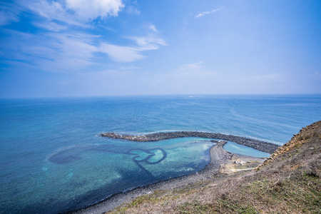 Foto de Chi-mei Island is located on the southest side of Penghu Islands in Taiwan.The most famous scenery of Chi-mei Island would be Double-heart Stone Trap. It was built to catch fish by early inhabitants. - Imagen libre de derechos