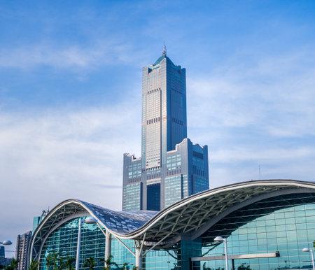Foto de Kaohsiung, Taiwan - June 8, 2018 : Kaohsiung Exhibition Center modern building and 85 sky tower - Imagen libre de derechos