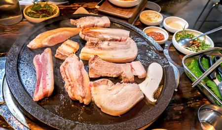 Photo pour Pan-fried cooked black pork meal in Korea restaurant, fresh delicious korean food cuisine on iron plate with lettuce, close up, copy space, lifestyle - image libre de droit