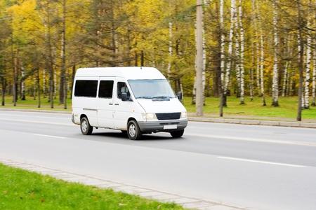 Photo pour mini small passenger Tour van bus on road isolated   - image libre de droit