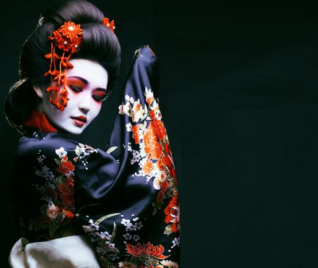 Foto de young pretty geisha in kimono - Imagen libre de derechos