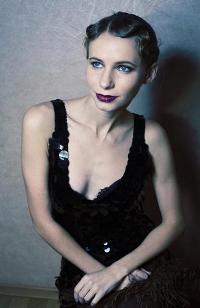 Photo pour beauty blond woman in studio on black background, stylish fashion retro vintage copyspace close up - image libre de droit
