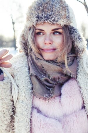 Photo pour young pretty teenage hipster girl outdoor in winter snow park having fun drinking coffee, warming up happy smiling, lifestyle people concept - image libre de droit
