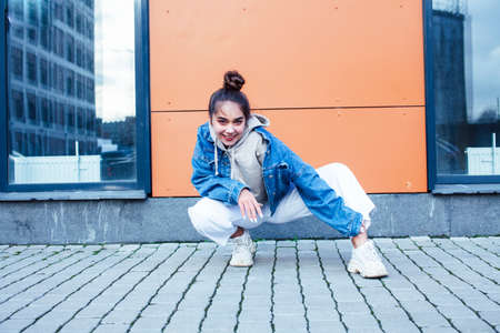 Photo pour young pretty teenage girl posing cheerful happy smiling wearing street style outside in europe city, lifestyle people concept - image libre de droit