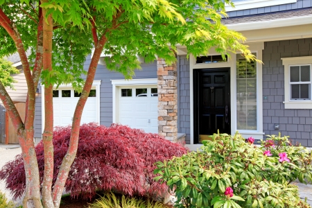 Photo pour Beautiful new great house with two garage doors and front black door. - image libre de droit
