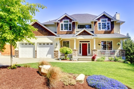 Photo pour Large American beautiful house with red door and two white garage doors. - image libre de droit