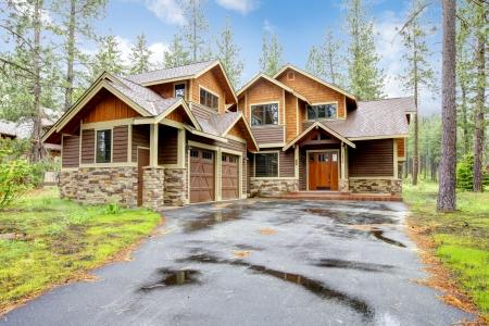 Foto de Mountain luxury home with stone and wood exterior, spring forest. - Imagen libre de derechos