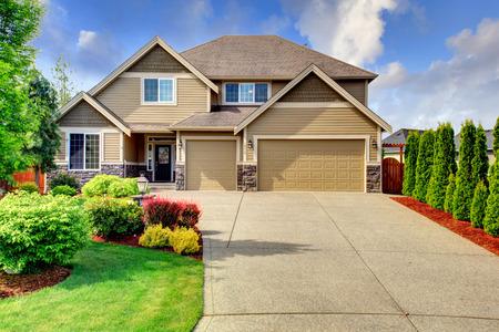 Foto de Beige luxury house tih stone trim base  View of porch, garage and driveway - Imagen libre de derechos
