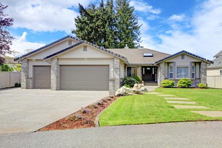 Foto de House exterior. View of entrance porch with walkway and garage with driveway - Imagen libre de derechos