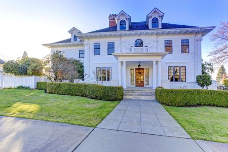 Foto de Luxury american house with column porch and curb appeal - Imagen libre de derechos