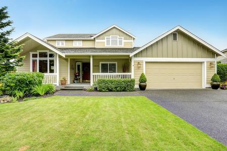 Foto de House exterior. Spacious walkout deck with railings. Garage with driveway - Imagen libre de derechos